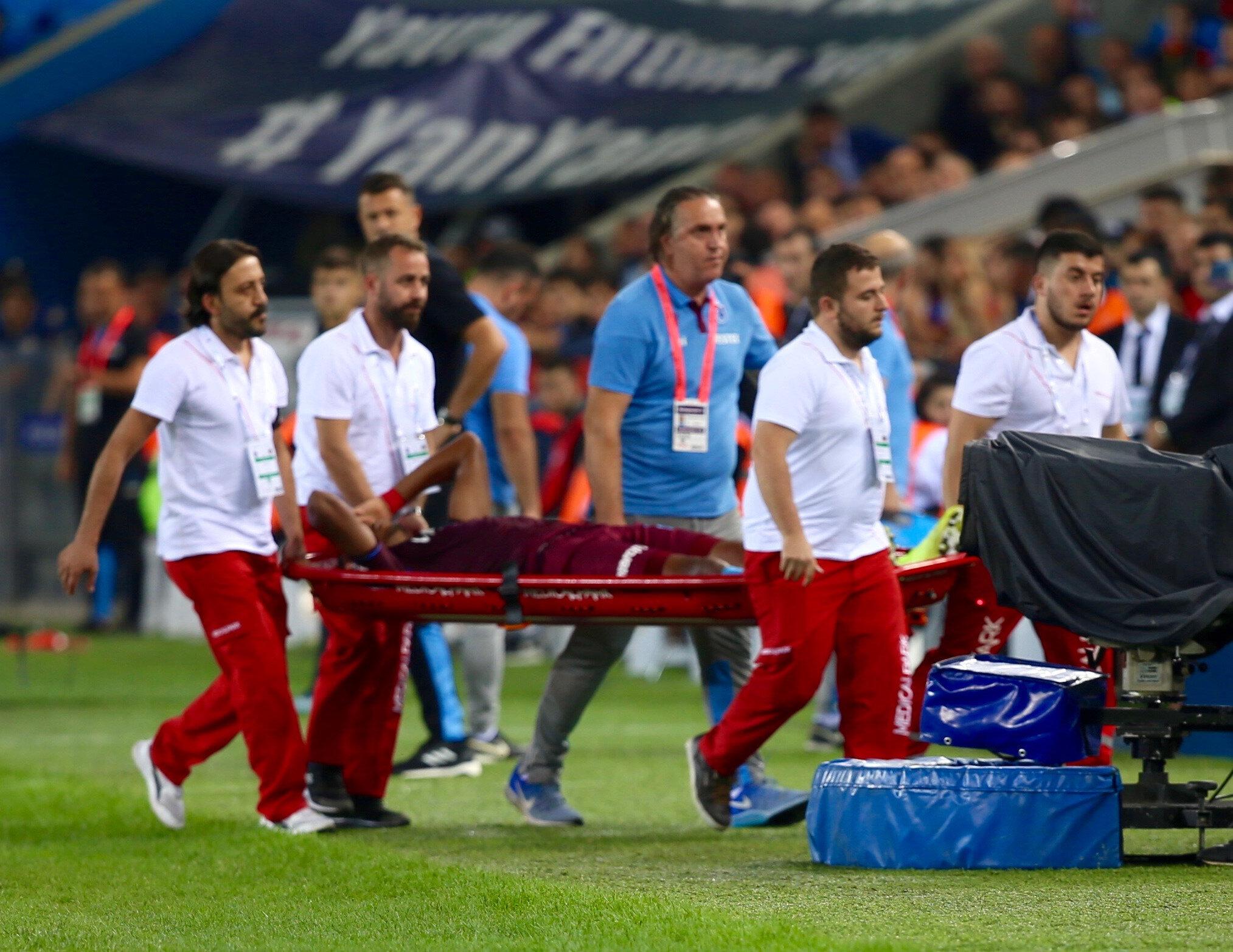 Trabzonspor'un defans oyuncusu İvanildo Fernandes karşılaşmanın 42. dakikasında sakatlık yaşadı.