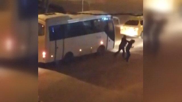 Taksici dikiz aynasını kıran kadını sokak ortasında dövdü