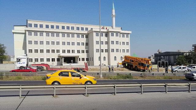 Büyükçekmece Belediyesi imam hatip okulu camisinin minaresini yıkıyor