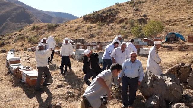 Kovan başında şükür duasına çıkınca arıların saldırısına uğradılar