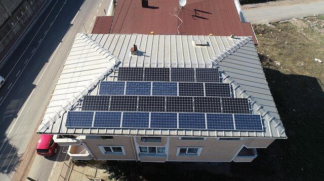Evinin çatısına güneş paneli kurdu: Elektrik üretip satıyor