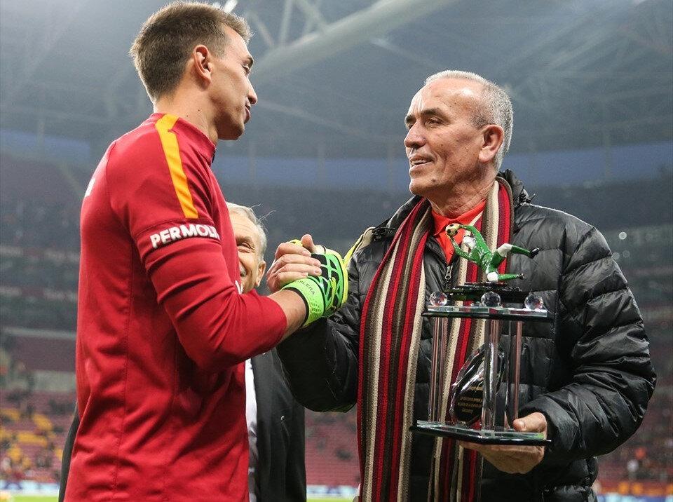 Muslera, Simovic'e ait olan 'Galatasaray'da ligde en fazla forma giyen yabancı futbolcu' rekoru unvanını kırmıştı.