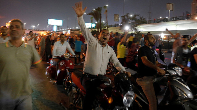 Kahire'de dün akşam saatlerinde düzenlenen gösteriler, İsrail'de paniğe yol açtı.