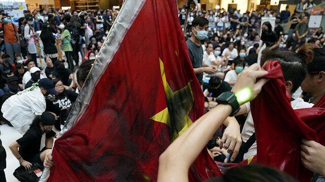 Hong Kong'da sular durulmuyor: Çin bayrağı yakıldı