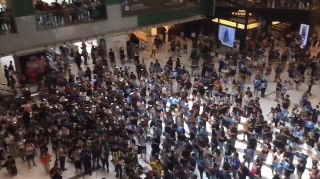Hong Kong'da eylemciler AVM'leri bastı