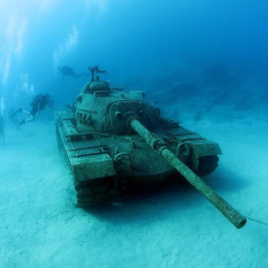 دبابة في أعماق البحر تجذب هواة الغطس في أنطاليا التركية