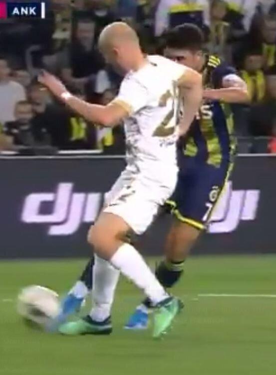 Mücadelede bu pozisyonda Fenerbahçe lehine korner verildi ve kullanılan köşe vuruşunda sarı-lacivertliler golü buldu. (Görüntü beIN Sports'tan alınmıştır)