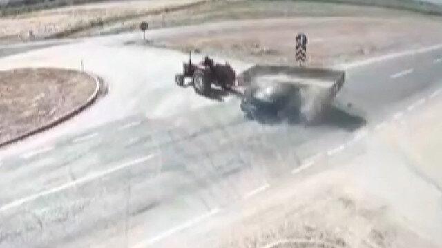 Hızla gelen otomobil yola çıkan traktöre çarptı: 2 ölü, 1 yaralı