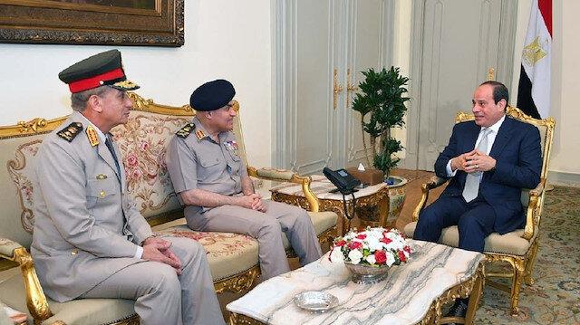 سياسي مصري: الجيش منزعج من السيسي وسيساهم بإسقاطه