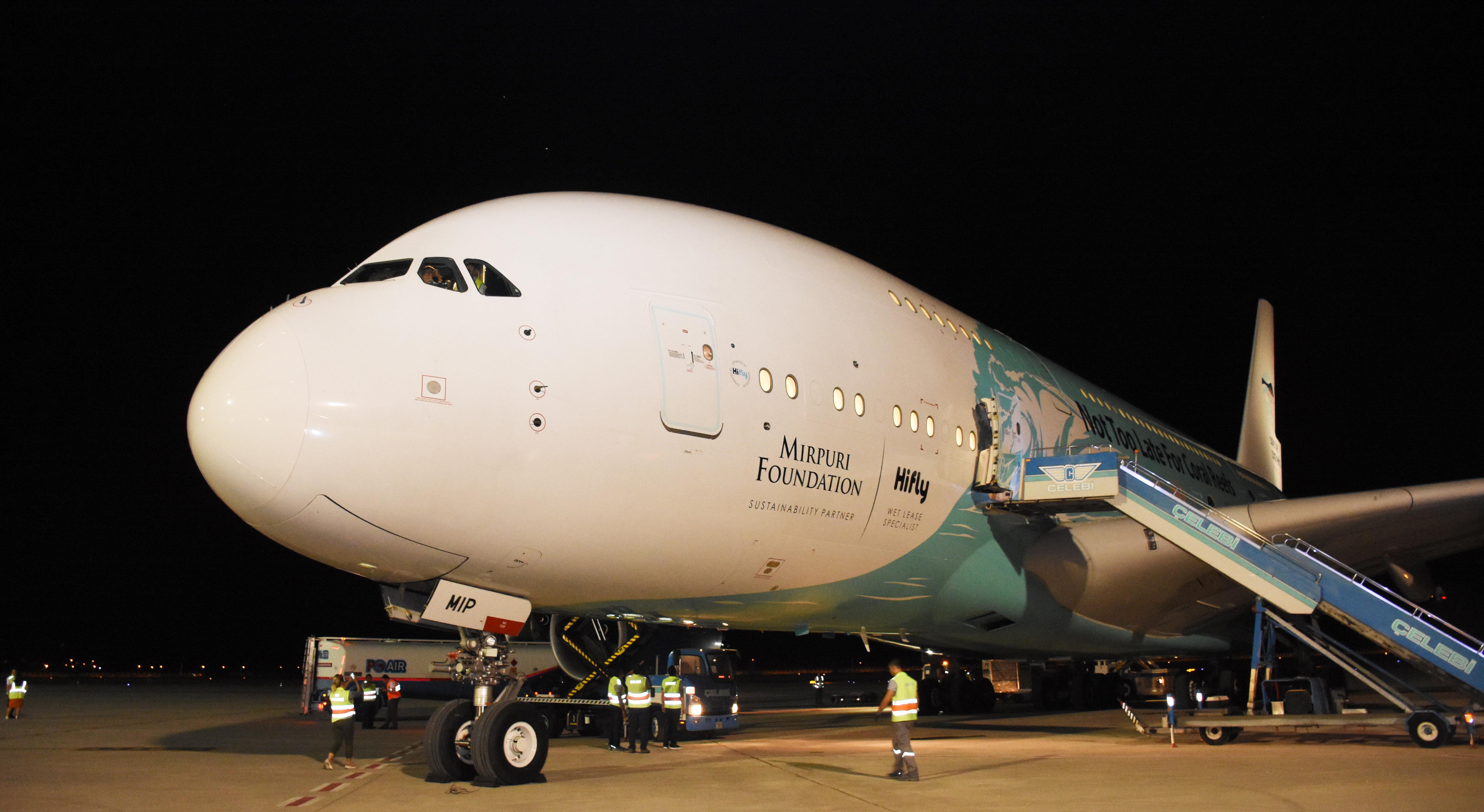 Thomas Cook'un yolcularını almaya gelen uçak.