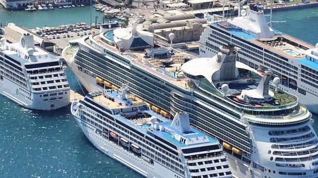 Kuşadası Limanı'na 3 dev gemi birden yanaştı, bölge esnafı sezonun son haftalarında bayram etti