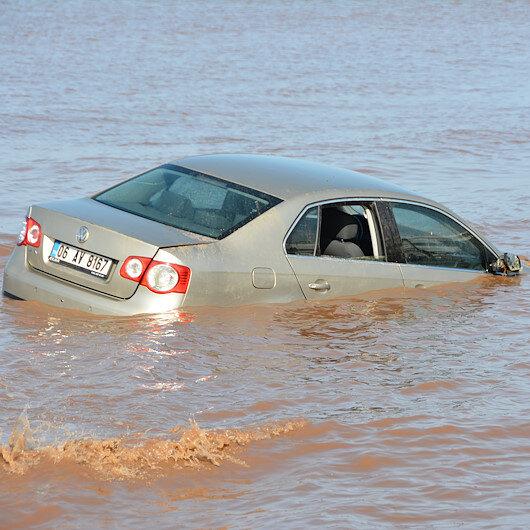 Sağanak yağıştan otomobil denize sürüklendi