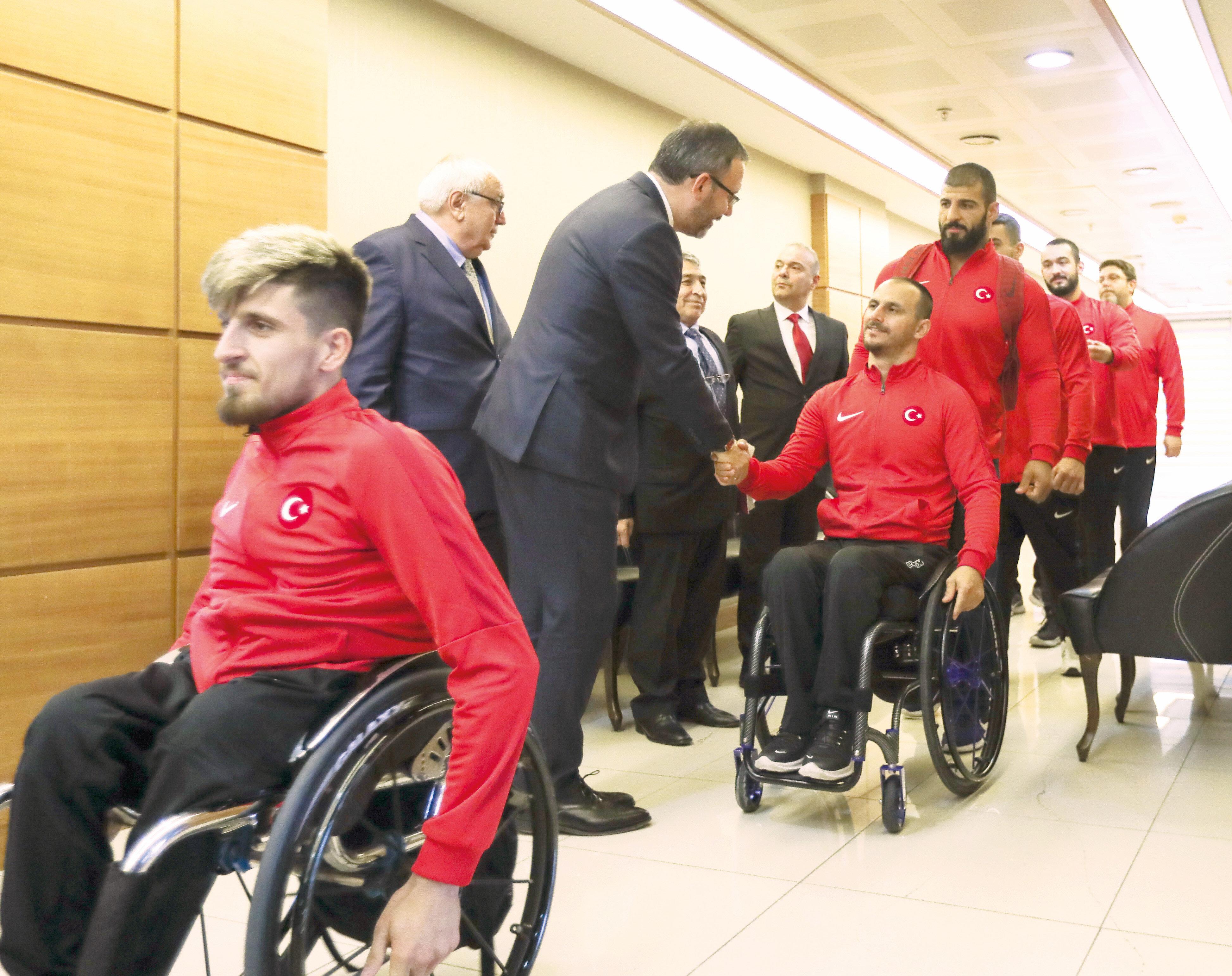 Tekerlekli Sandalye Basketbol Milli Takımı Gençlik ve Spor Bakanı'nı ziyaret etti.