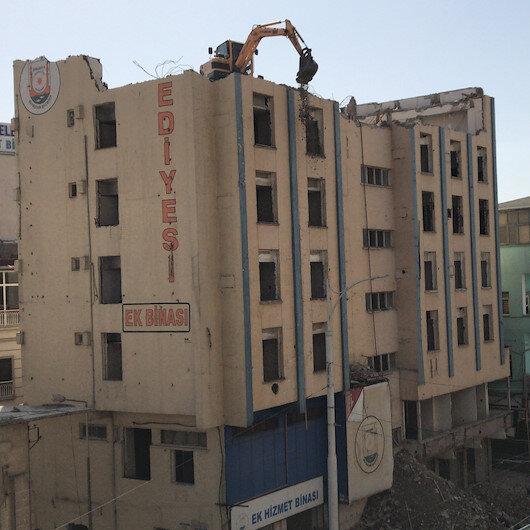 Kentin en işlek caddesinde iş makinesini çatıda görenler şoke oldu