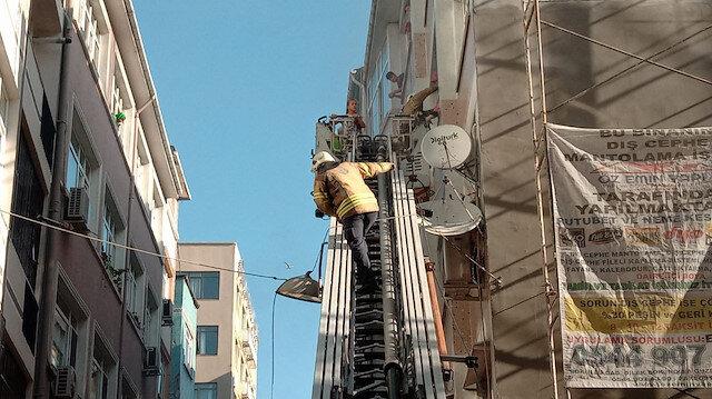 Fatih'te 4 katlı binada yangın; mahsur kalanlar itfaiye merdiveniyle kurtarıldı.