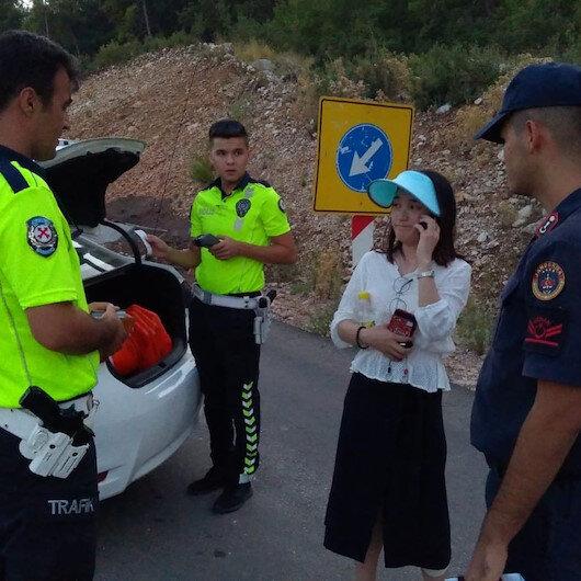 Antalya Kumluca'da kaza yapan Çinli turistler bol bol fotoğraf çekip eğlendi