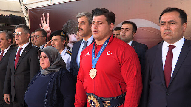 Dünya Güreş Şampiyonası'nda grekoromen stil 130 kiloda 4'üncü kez dünya şampiyonu olan milli güreşçi Rıza Kayaalp'a Yozgat'ta, büyük bir karşılama düzenlendi.