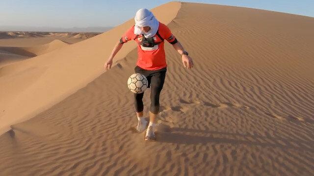 Sahra Çölünde 5,86 kilometre boyunca durmadan top sektirdi