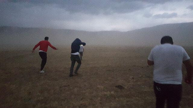 Bitlis'te gökyüzü bir anda karardı toz fırtınasından göz gözü görmedi