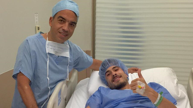 Dorukhan Toköz, ameliyatın arından doktor Sarper Çetinkaya ile poz verdi.