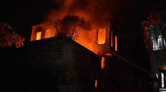 Fatihte metruk bina alev alev yandı