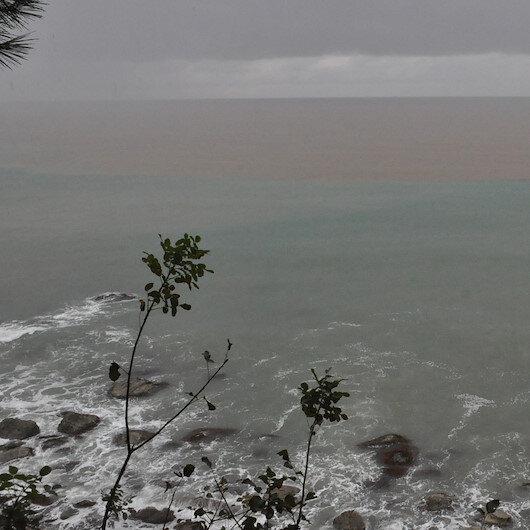 Bartın'da yamaçlardan gelen sular Karadeniz'in rengini değiştirdi