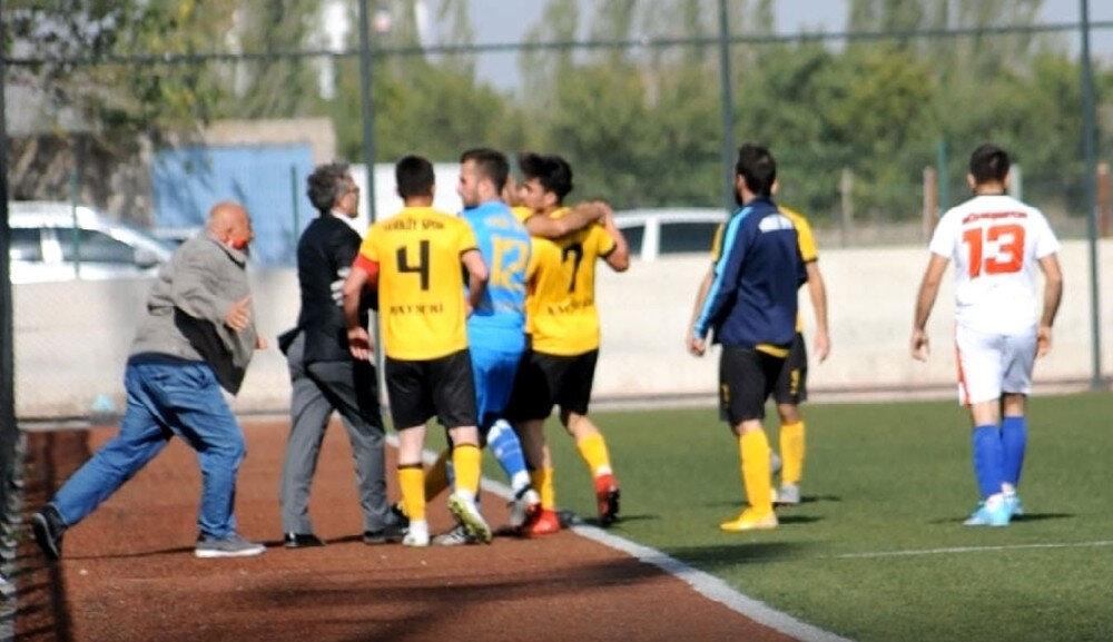 Futbolcu Mustafa Burak, saha içerisine giren kulüp başkanından kaçmaya çalıştı.