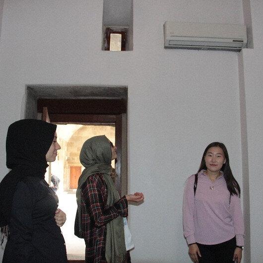 Restorasyonun ardından Çifte Minareli Medrese'de klima şoku: Turistler duvarlara monte edilen klimalara tepki gösterdi