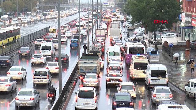 İstanbulda yağmur ve kazalar trafiği felç etti