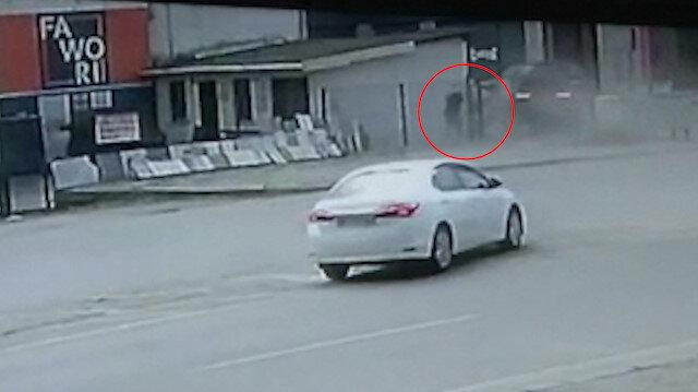 Kaza yapan otomobilin altında kalmaktan bir adımla kurtuldu