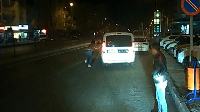 Polisler trafikte tartışırken, gözaltındaki şüpheli ekip aracıyla kaçtı