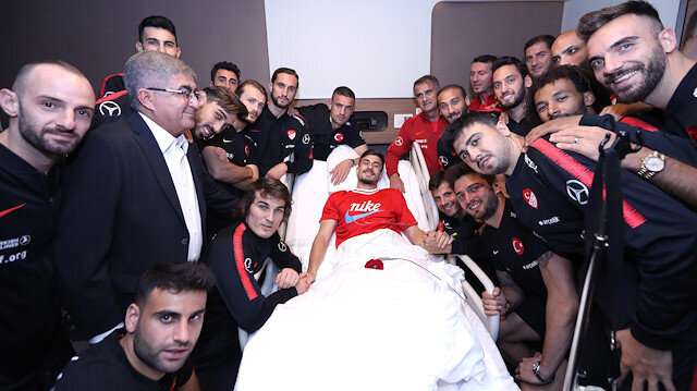 Milli futbolcular, Dorukhan Toköz'e moral verdiler.