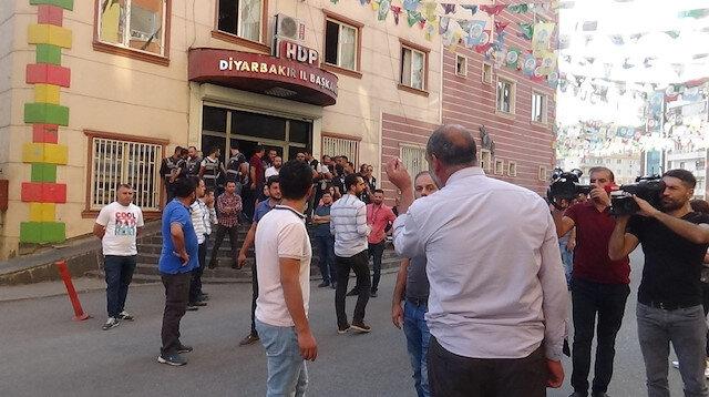 Diyarbakır'da savaş uçakları kalkış yapınca HDP il binası önünde gergin anlar yaşandı
