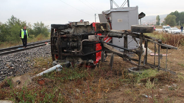 Kütahya'da yük treni kamyonete çarpması sonucu biri ağır 2 kişi yaralandı