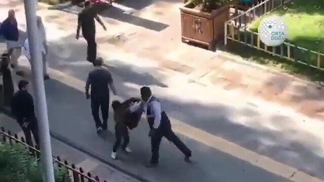 Vicdansız adam kağıt toplayıcısı küçük çocuğu dövdü