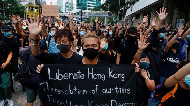 Bağımsızlık yanlısı aktivist için yüzlerce maskeli protestocu Hong Kong'da gösterilere devam ediyor