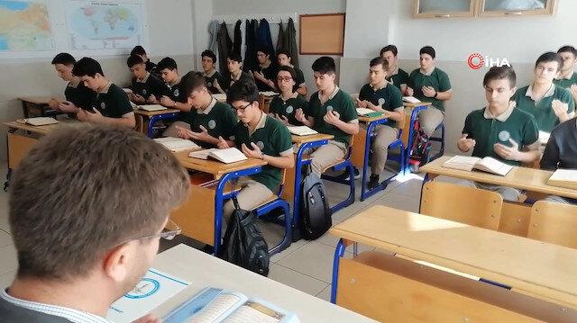 Önce Barış Pınarına katılan Mehmetçike dua ettiler sonra derse başladılar