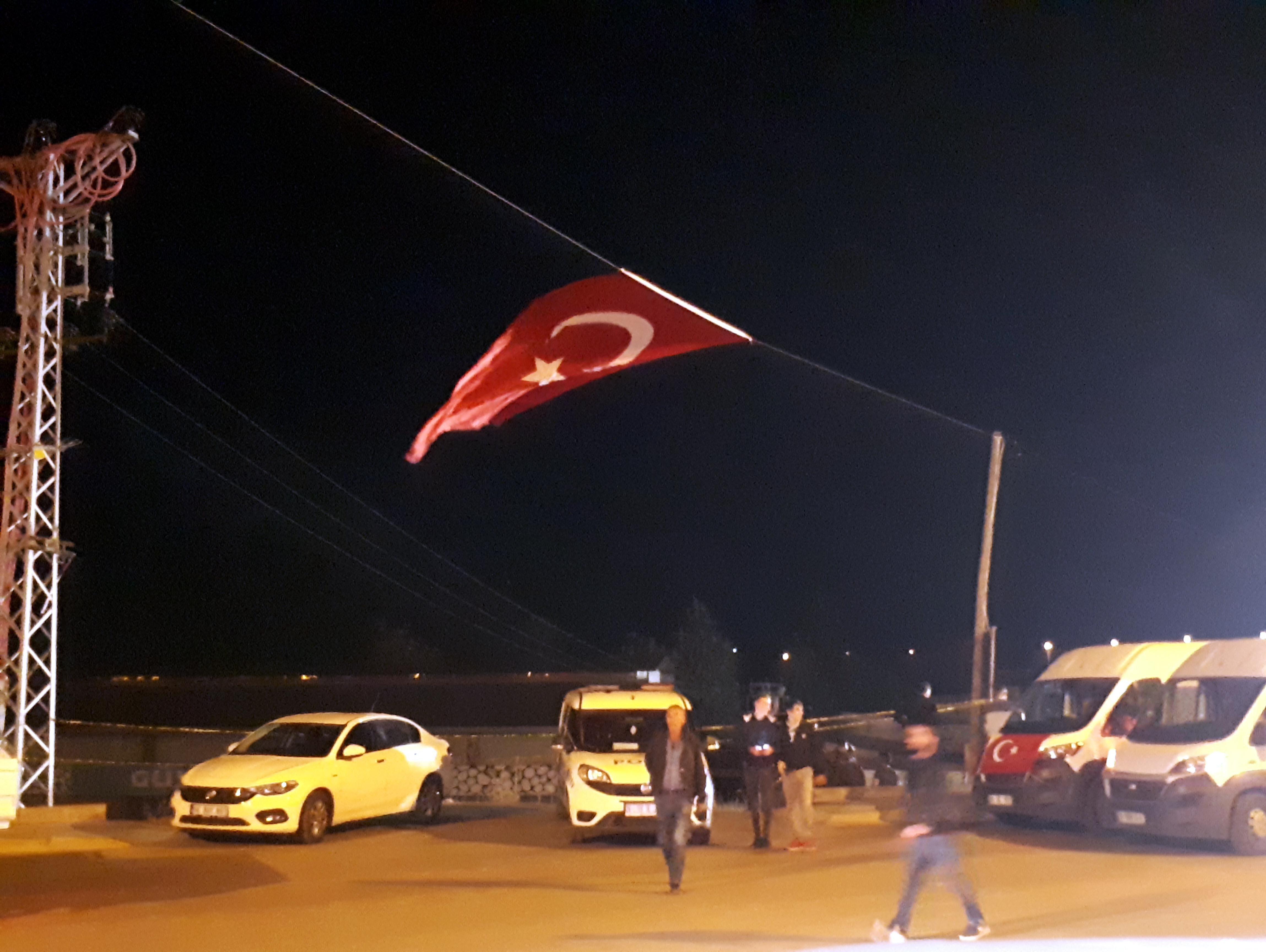 Şehitin baba ocağının sokağına Türk bayrağı asıldı.
