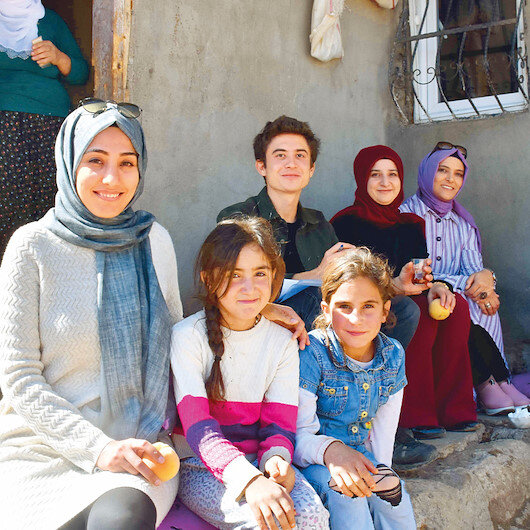 Kız çocukları için kapı kapı dolaşıyorlar