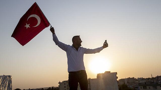 Tel Abyad teröristlerden temizlendi: Halk ellerinde Türk bayraklarıyla ilçede turlar attı