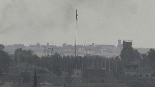 Tel Abyad'ın batısında bununan YPG/PKK'ya ait bez parçası indirildi yerine SMO bayrağı asıldı