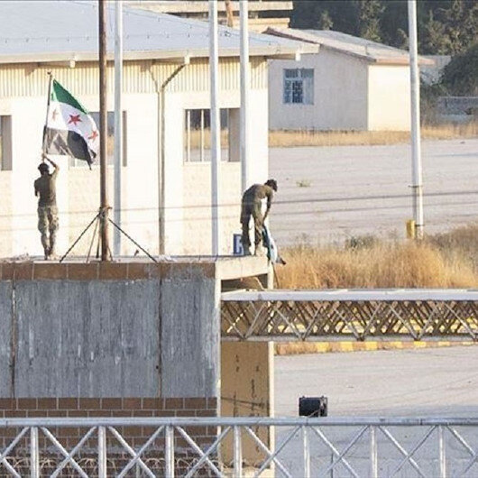 """""""الجيش الوطني السوري"""" يرفع علمه على معبر تل أبيض مع تركيا"""