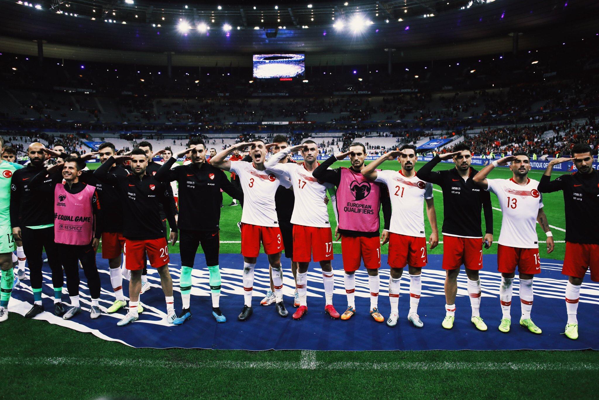 Milli futbolcular, atılan golde olduğu gibi maç sonu da Türk taraftarların önüne gelerek asker selamı verdi.