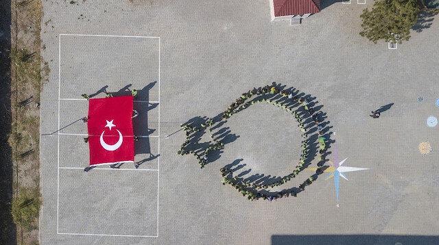 Ahlatlı öğrencilerden Barış Pınarı Harekatına katılan Mehmetçik'e koreografili destek