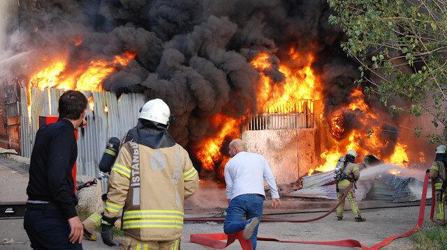 Kartal'da iş yeri yangını: İtfaiye ekiplerinin 1 saatlik çalışması sonrası kontrol altına alındı