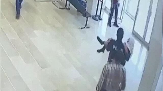 Polis, yürümekte zorlanan yaşlı kadını kucağında taşıdı
