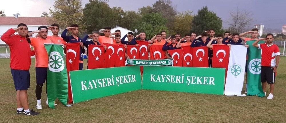 Futbolcular, duanın ardından Mehmetçik'e asker selamı gönderdiler.