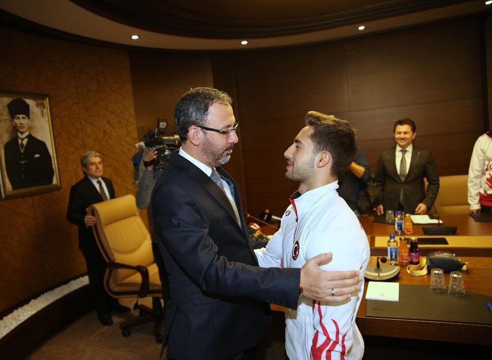 Bakan Kasapoğlu, tarihi başarıya imza atan milli sporcu İbrahim Çolak'ı tebrik etti.