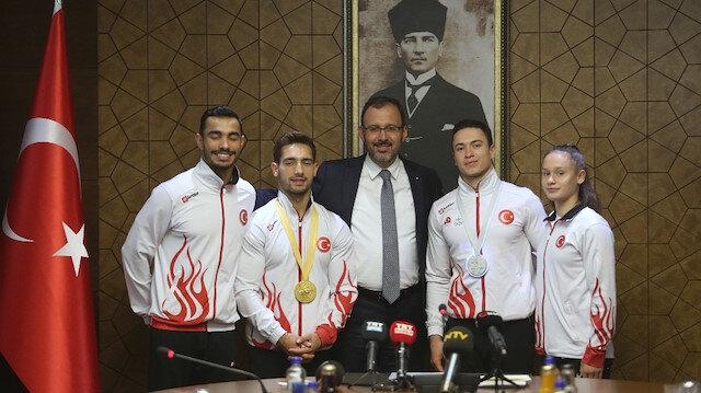 Bakan Kasapoğlu milli cimnasitkçileri ağırladı: Sporcularımızın kahramanlara gönderdiği selamlar yerine ulaştı