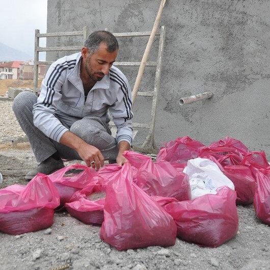 Kışın çetin soğuklarına önlem: Poşetlere kum dolduruyorlar